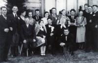 Vyresnės sesers Adelės vestuvės. Tėveliai,  jaunieji ir svečiai.