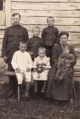 Juozas Pajeda su žmona Anele Pajediene ir jų  5 vaikai prie savo gryčios ūlyčioje. 1924 m.
