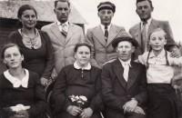 Visa šeima vienkiemyje: Iš kairės: sesuo Adelė, Tėveliai ir jauniausioji – Onutė. Antroje eilėje: Bronė, Petras, Antanas ir Vladas. 1939 m.
